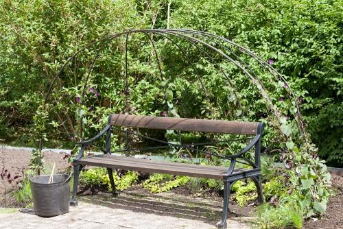 Om jag istället vill se fler människor, mer av det uppenbart odlade då finns - Underbar sittplats i Göteborgs botaniska - Gothenburg botanical garden